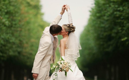Wedding Kiss_of_bride_and_groom hands high